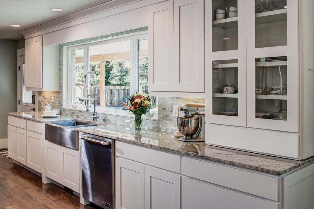 Кухонный гарнитур со шкафом для посуды с прозрачными дверцами