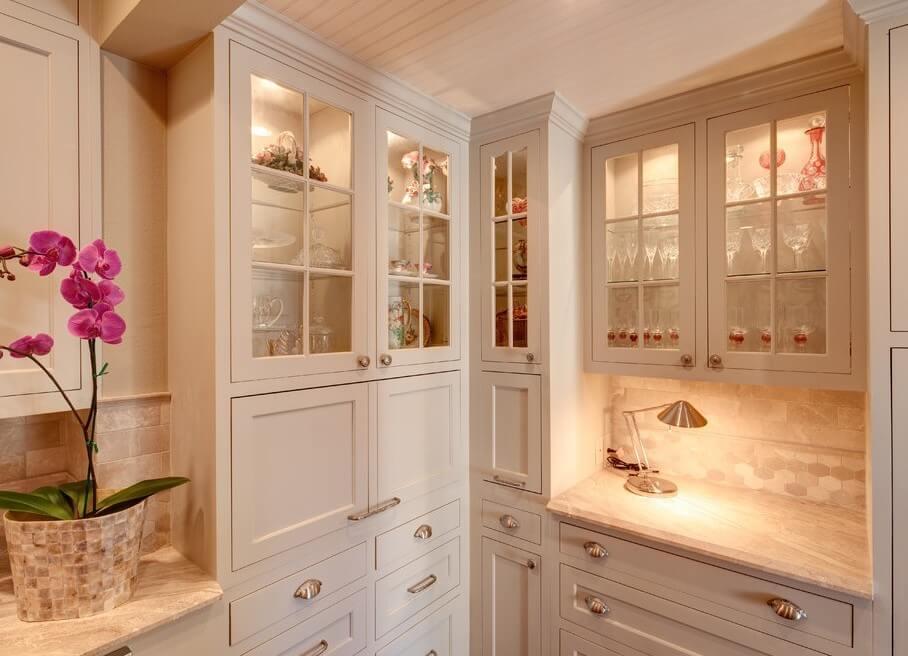 Фото кухни со шкафами для посуды с прозрачными стеклянными фасадами