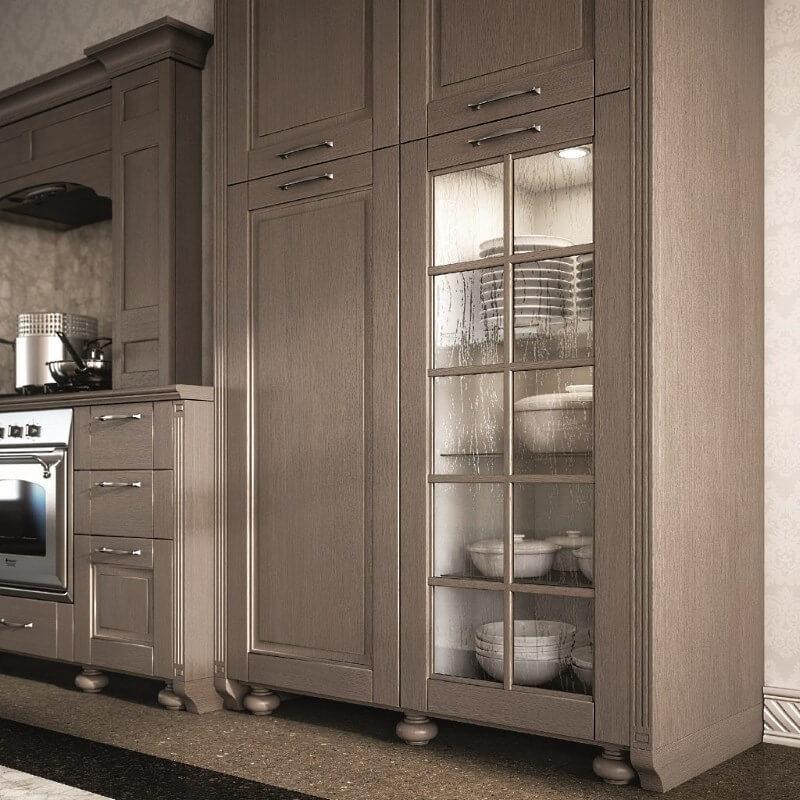 Кухонный гарнитур с пеналом для хранения посуды с прозрачным стеклянным фасадом