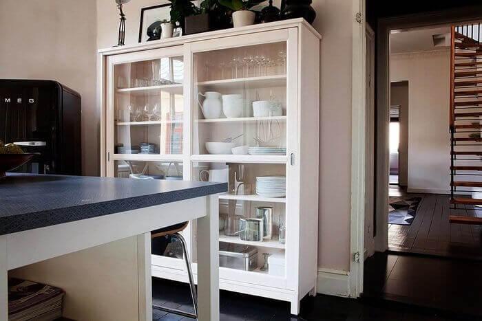 Фото декоративного шкафа-витрины для посуды