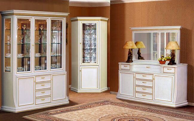Классические шкафы для декоративной посуды