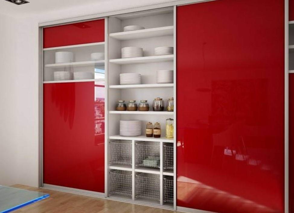 Встроенный шкаф купе для хранения посуды с глянцевым фасадом