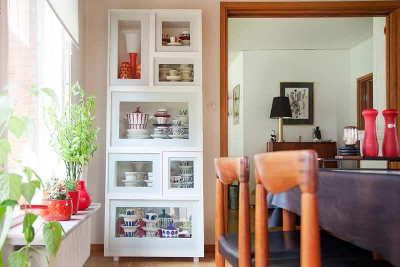 Фото пенала для посуды в интерьере столовой