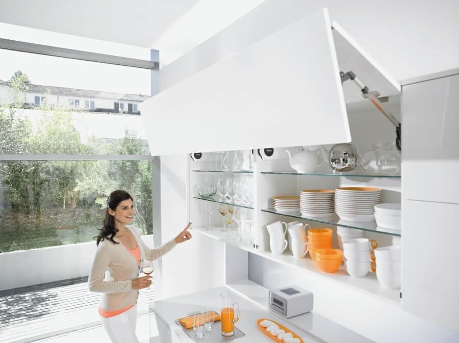 Фото кухонного гарнитура с навесным шкафом для хранения посуды