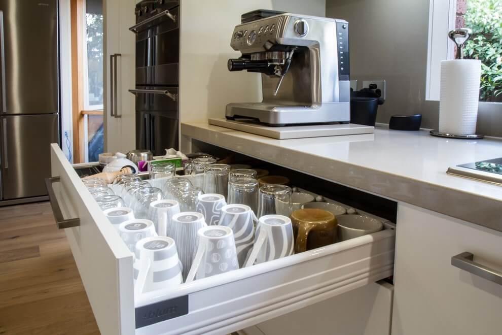Фото стаканов в выдвижном кухонном шкафу