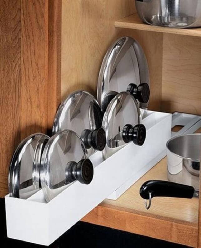 Фото ниши для хранения крышек в кухонной тумбе