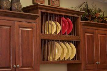 Фото навесного кухонного шкафа с открытым фасадам с сушилкой для тарелок