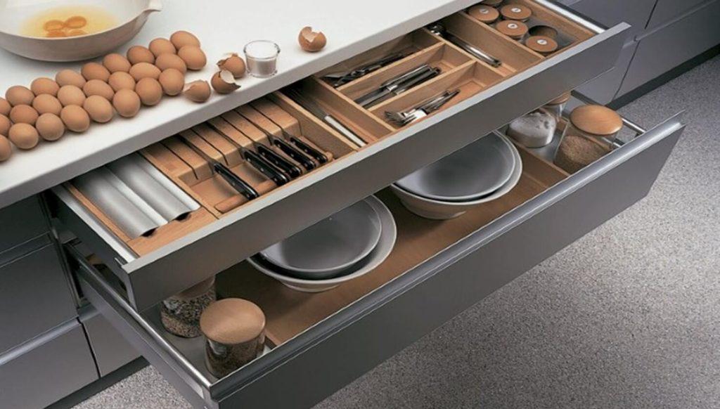 Фото выдвижного кухонного ящика для хранения посуды и столовых приборов