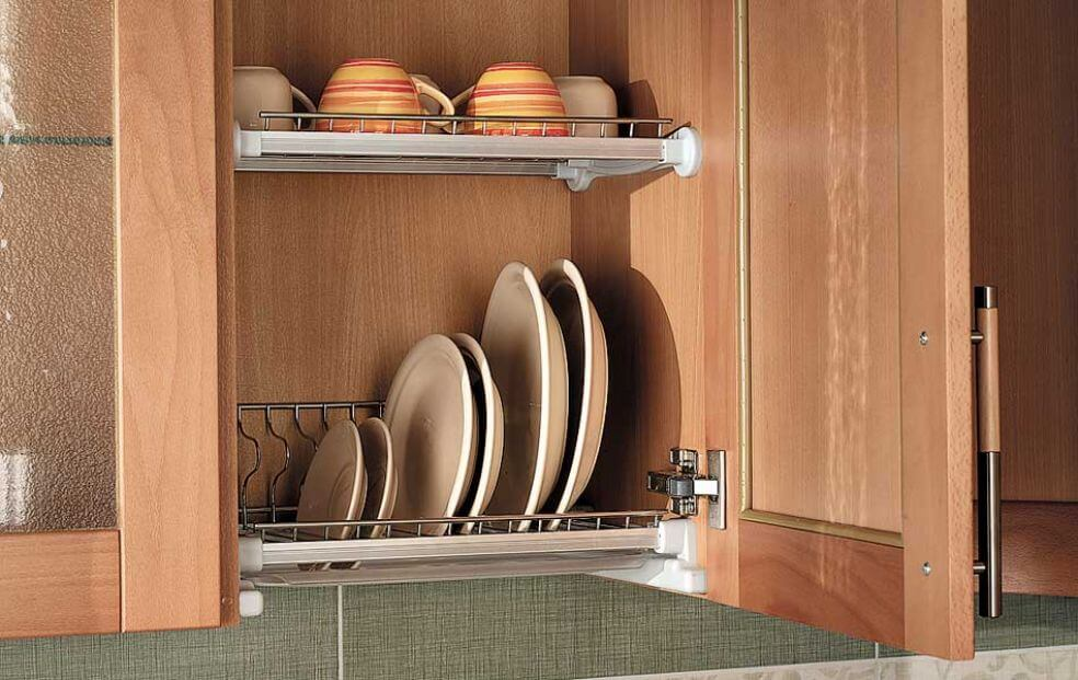Навесной кухонный шкаф для тарелок с распашной дверцей