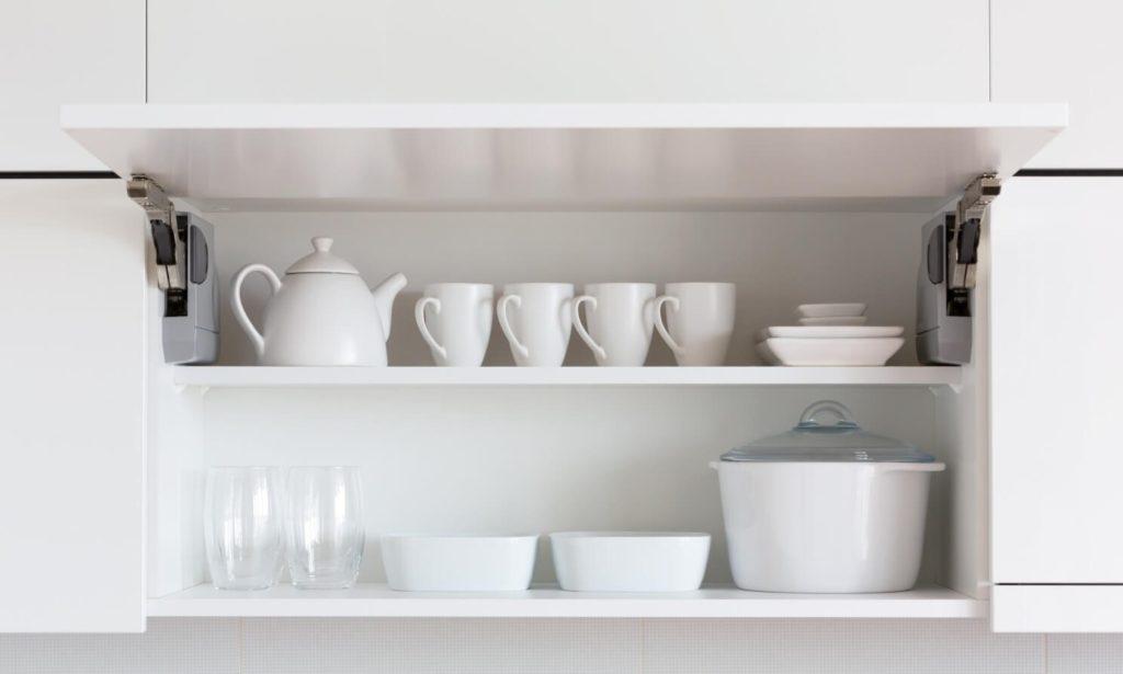 Навесной кухонный шкаф с чашками
