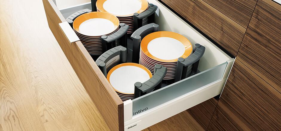 Фото выдвижного кухонного ящика для тарелок хранящихся стопками
