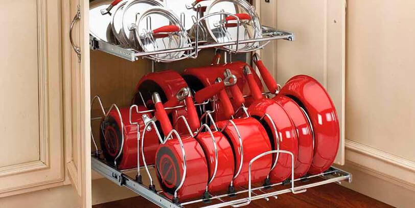 Выдвижная система для хранения сковородок в кухонном гарнитуре