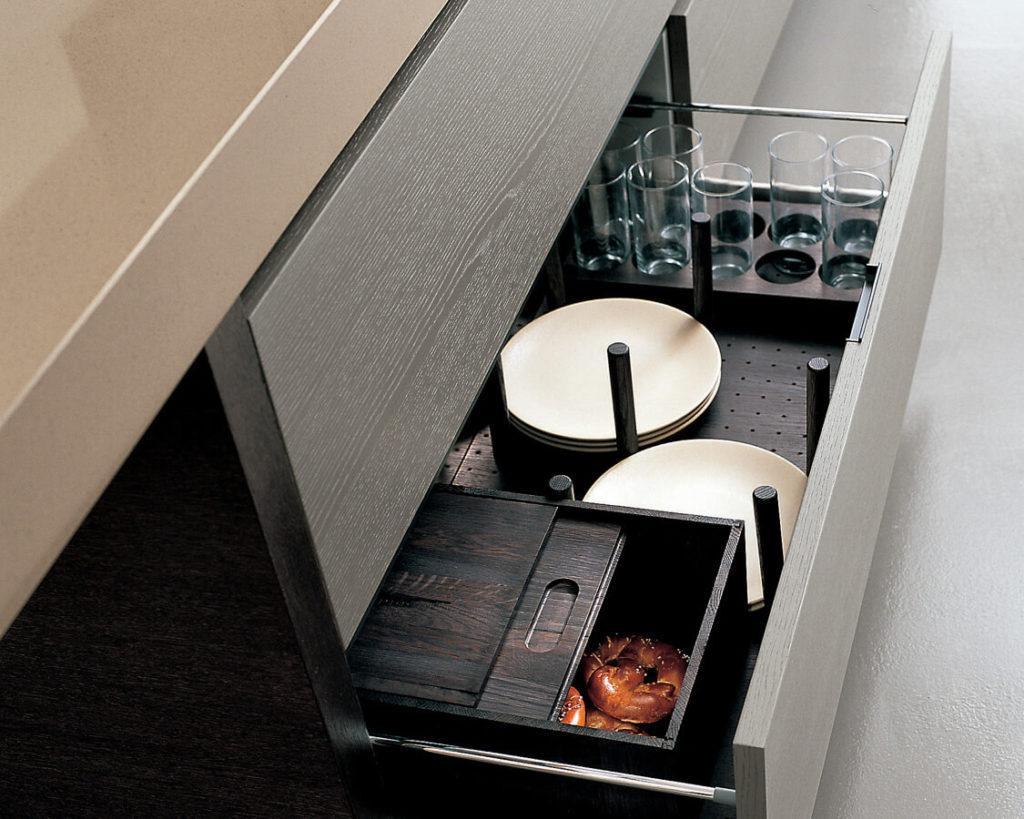 Фото напольной кухонной тумбы с выдвижным ящиком для посуды