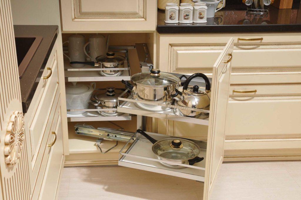 Фото угловой кухонной тумбы с встроенной системой хранения посуды