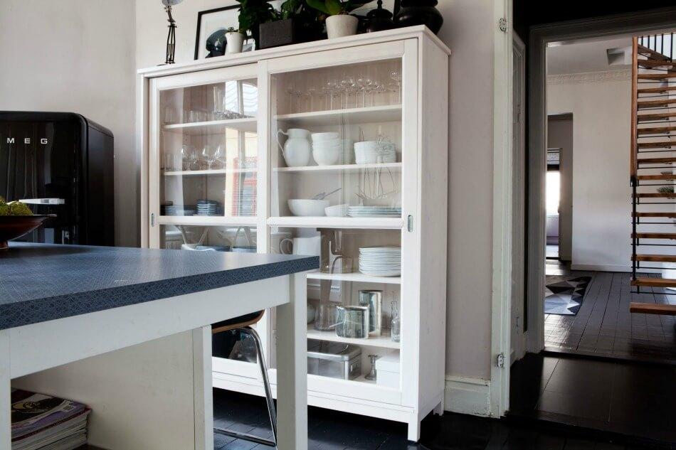 Кухонный шкаф-витрина для посуды