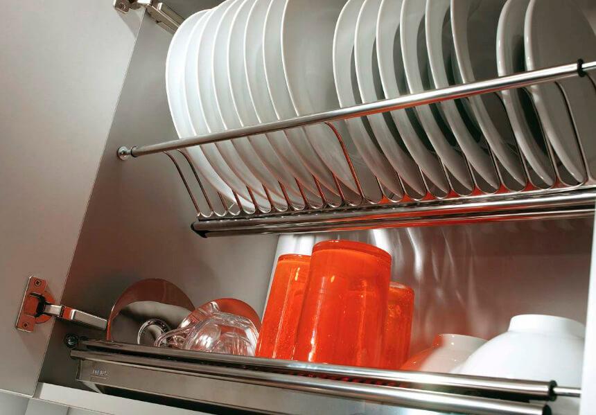 Фото навесного кухонного шкафа с закрытым фасадом с сушилкой