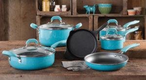 Набор кастрюль и сковородок на кухне