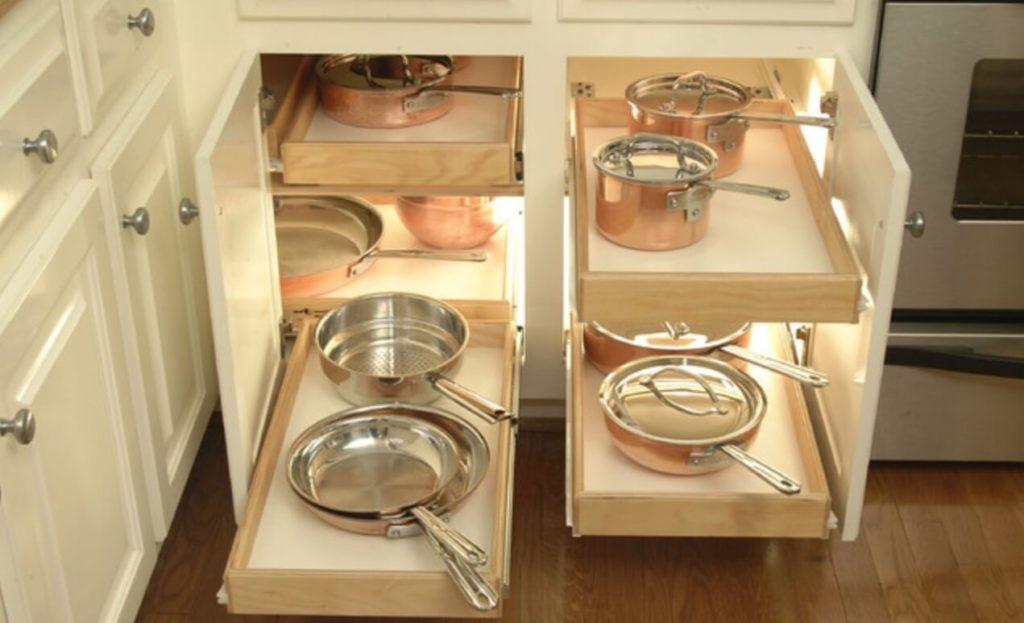 Распашная кухонная тумба с выдвижными полками для кастрюль и сковородок