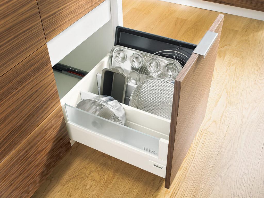 Выдвижной ящик для посуды на кухне