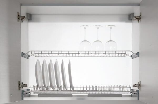 Фото подвесного шкафа с сушилкой для тарелок и кружек