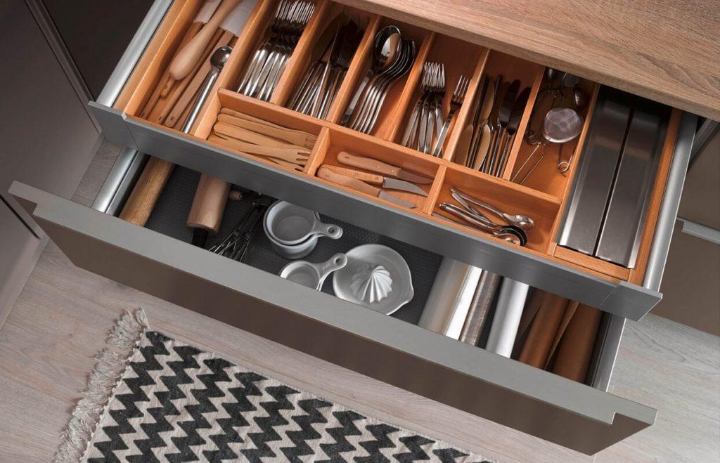 Фото выдвижного кухонного ящика для столовых приборов