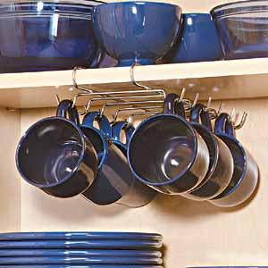Фото системы хранения чашек в кухонном подвесном шкафу