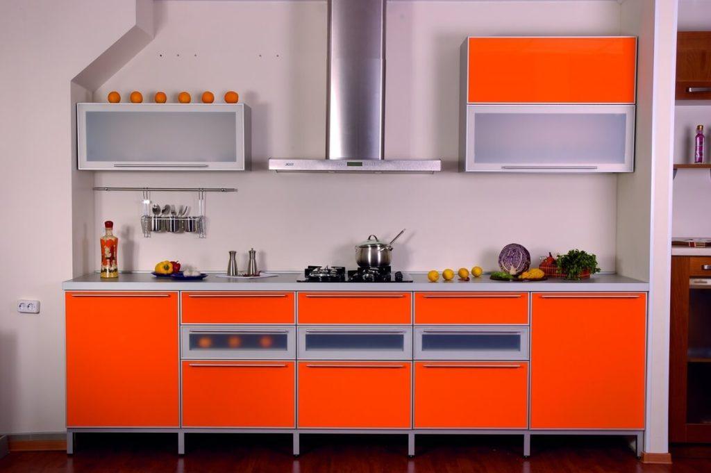 Яркий кухонный гарнитур с применением стекла на фасадах