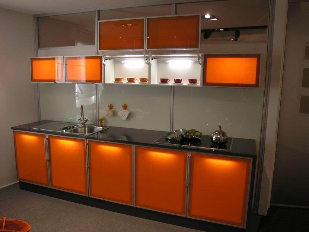 Фото кухонного гарнитура с декоративным остеклением шкафов с подсветкой