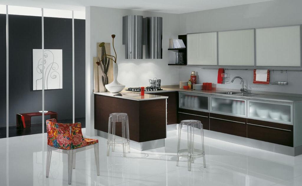 Кухонный гарнитур с остекленными фасадами