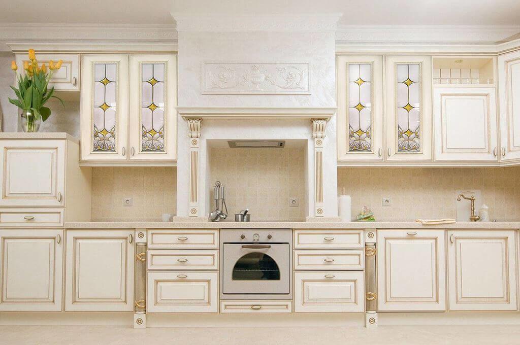 Кухонный гарнитур в классическом стиле с остекленными верхними шкафами