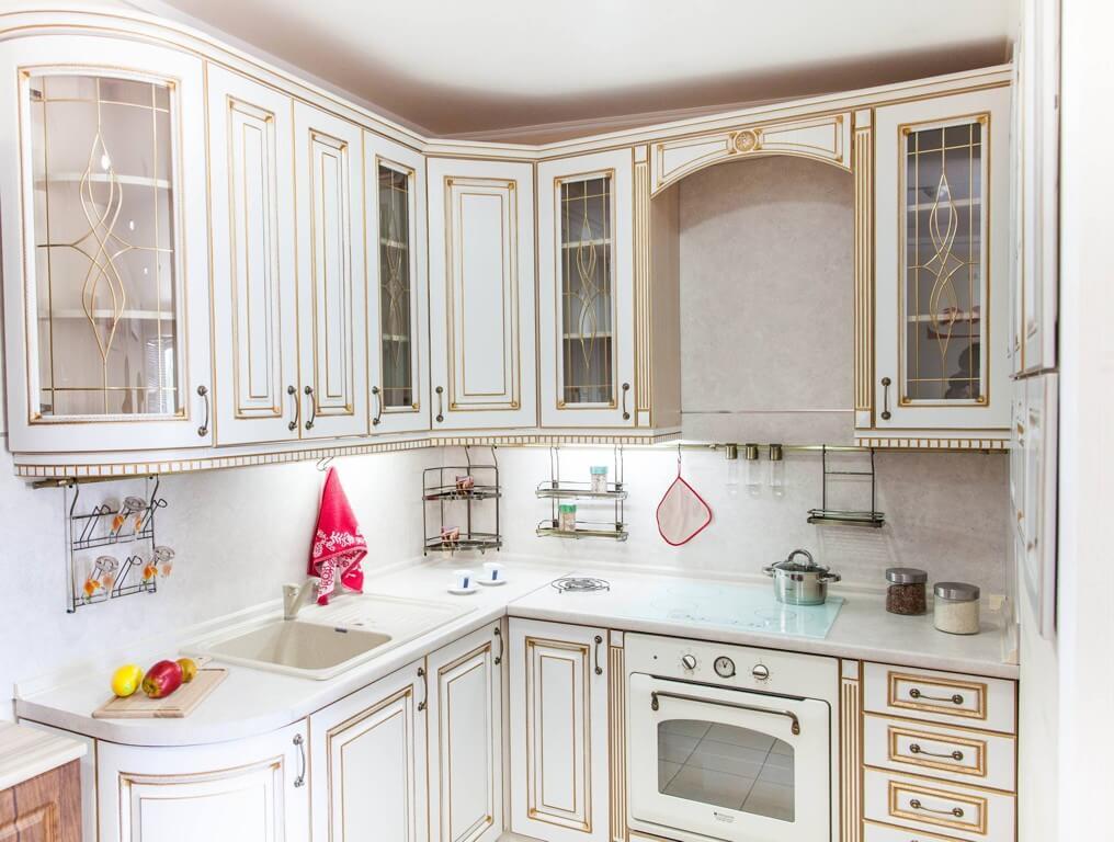 Кухня в классическом стиле с декоративным остеклением фасадов