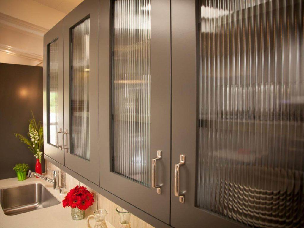 Фото стеклянных фасадов верхних кухонных шкафов
