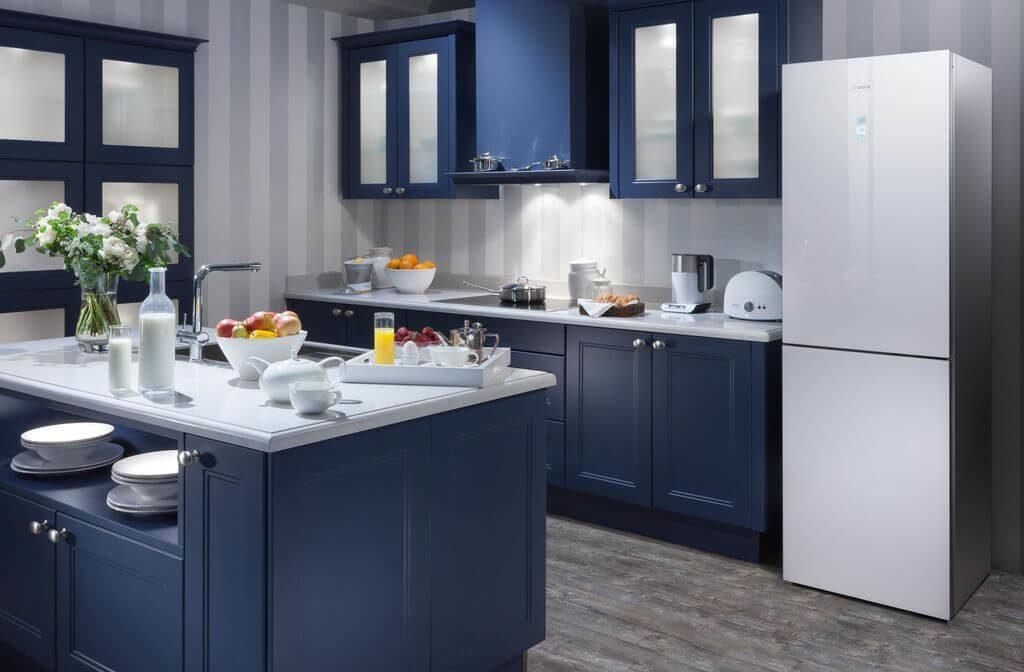 Синий кухонный гарнитур с остеклением фасадов верхних шкафов