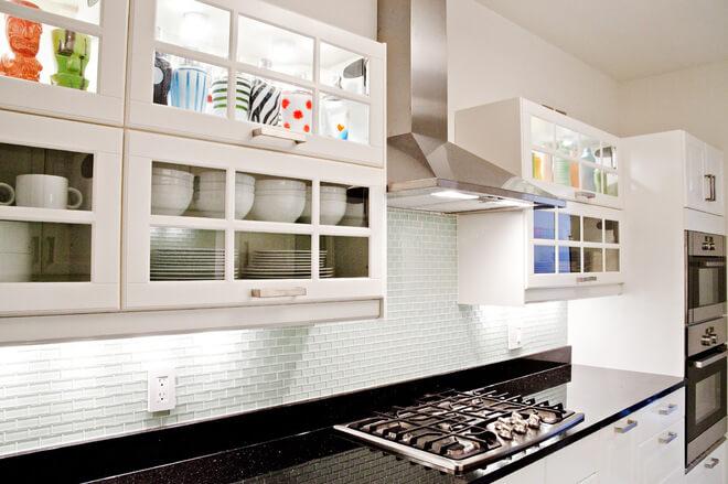 Фото верхних кухонных шкафов с стеклами