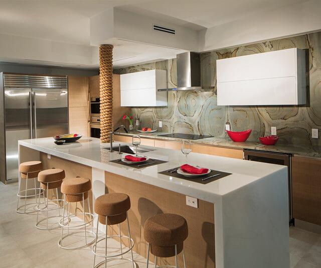 Кухня со стеклянными настенными панелями