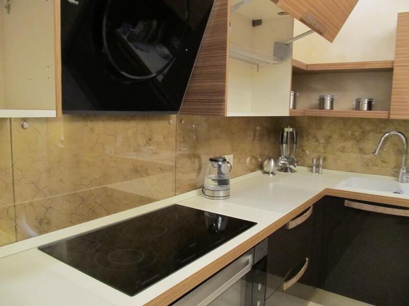 Фото стеклянных кухонных панелях на шурупах