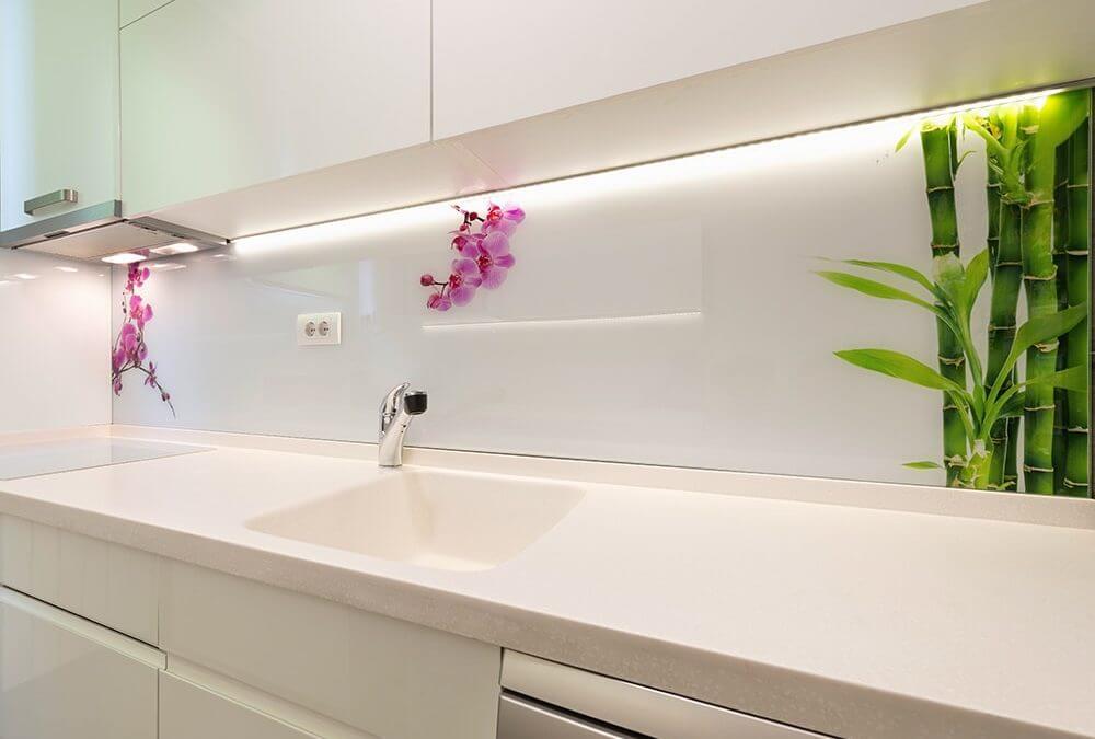 Кухонный фартук декорированный стеклянными панелями