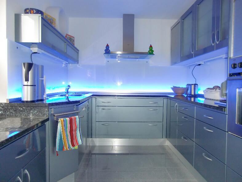 Фото стеклянного кухонного фартука с подсветкой