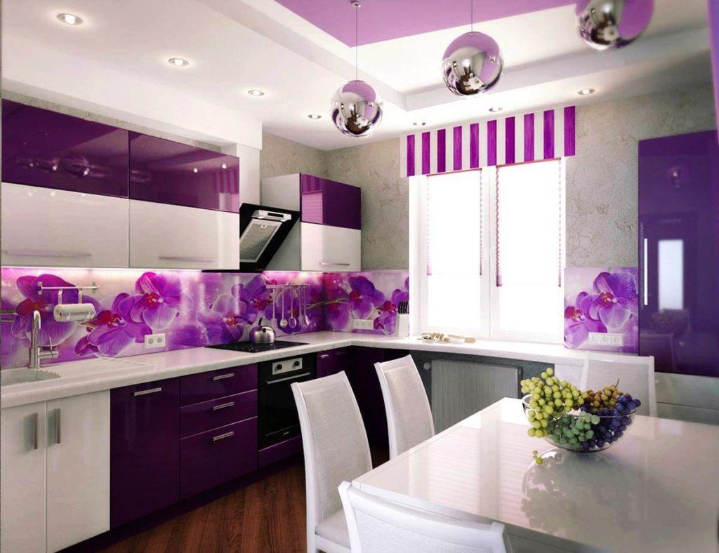 Интерьер кухни со стеклянными настенными панелями