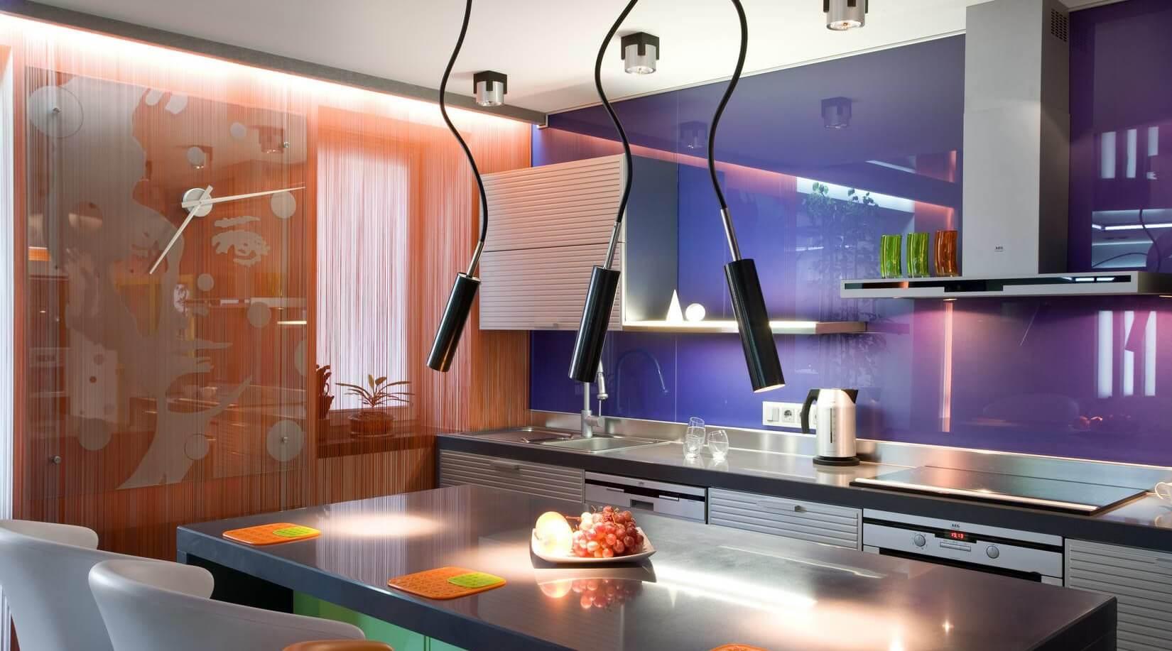 рабочая стена на кухне из стекла фото узкие пыльные