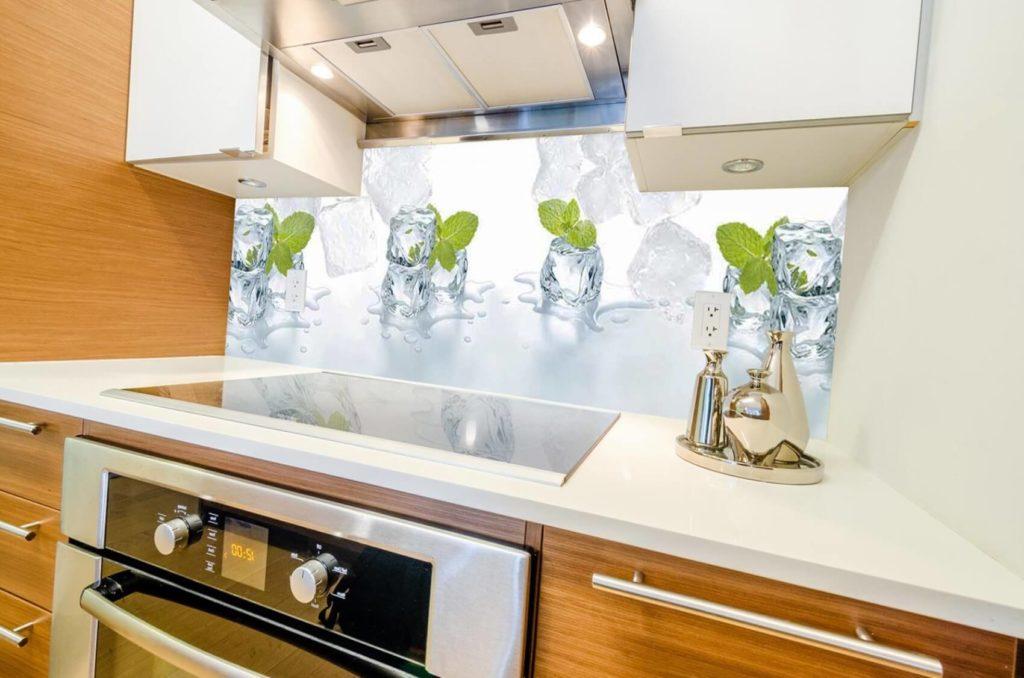 Фото стеклянных кухонных панелей Скинали