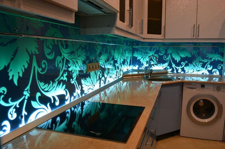 Кухонный стеклянный фартук с подсветкой