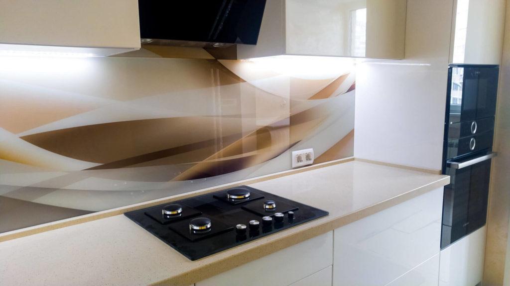Фото стеклянной кухонной настенной панели в интерьере