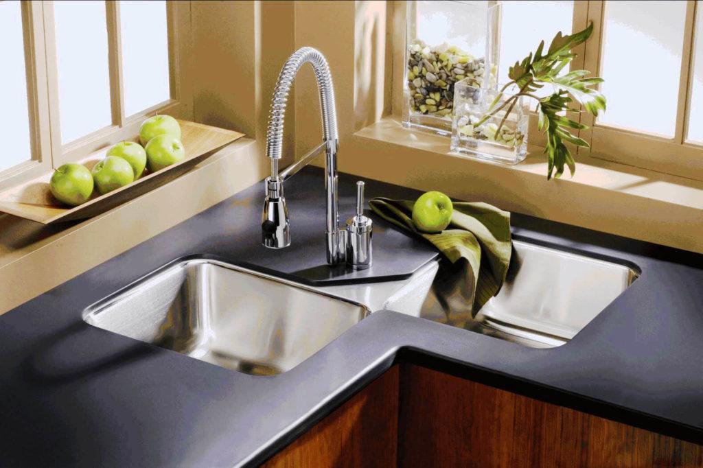 Фото двухсекционной угловой кухонной мойки