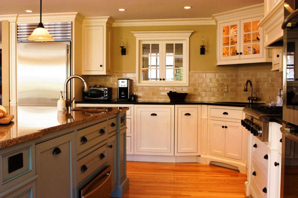 Фото углового кухонного гарнитура с мойкой в угловой тумбе