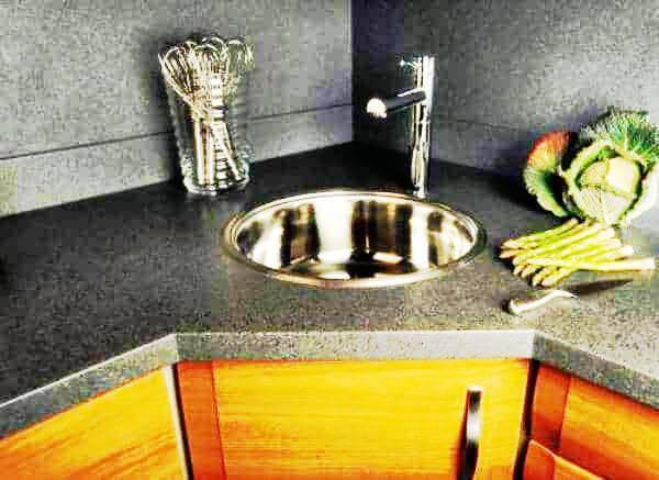 Круглая встроенная в угловую тумбу кухонная мойка