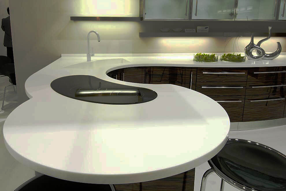 Фото кухонного гарнитура с угловой мойкой и столешницей из камня необычной формы