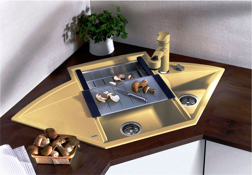 Фото кухонной мойки встроенной в угловой пятиугольный шкаф