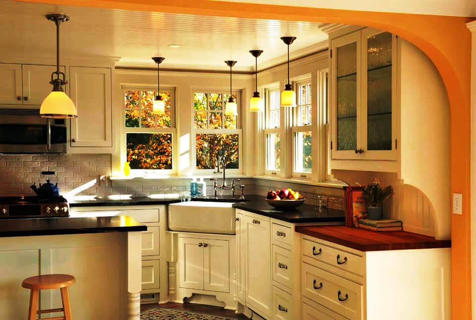 Угловой кухонный гарнитур с большой глубокой мойкой