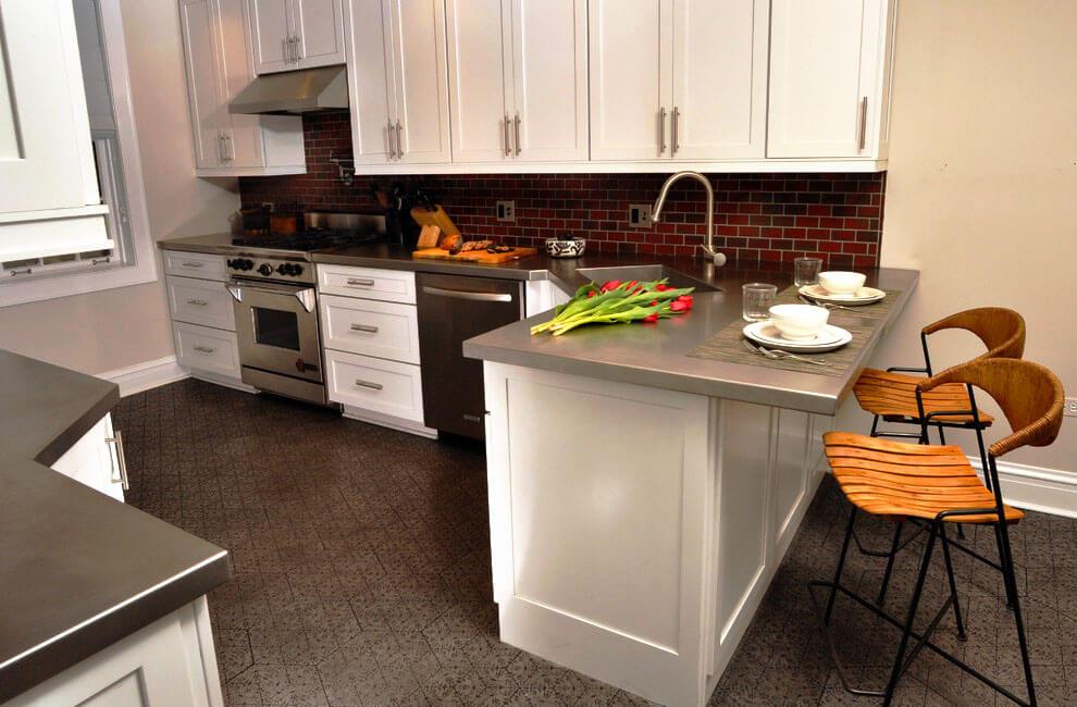 Фото углового кухонного гарнитура с полуостровом с мойкой расположенной в углу